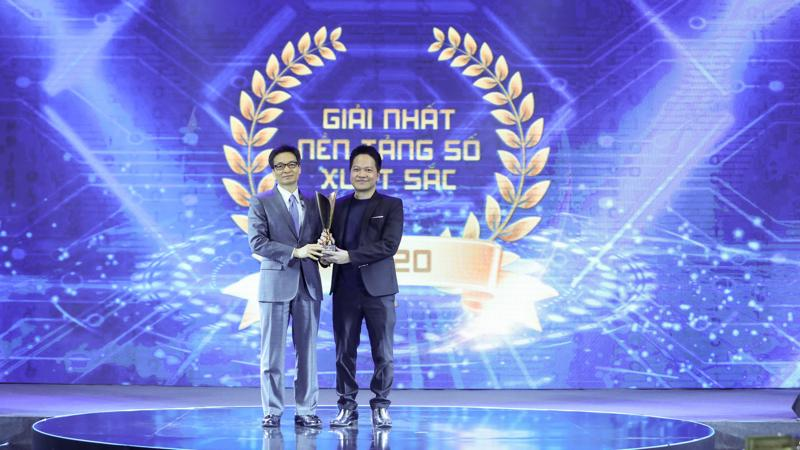 Phó thủ tướng Vũ Đức Đam trao giải thưởng cho Base.vn (Giải nhất nền tảng quản trị và điều hành doanh nghiệp số) trong khuôn khổ diễn đàn.