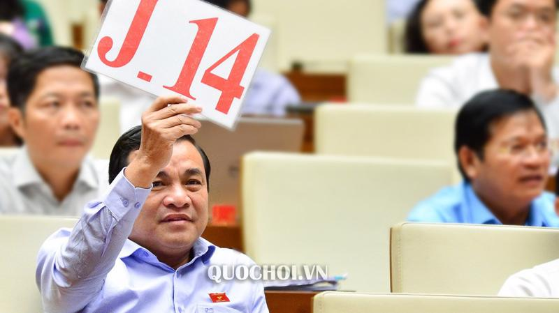 Một trong ba tấm biển tranh luận được sử dụng trong hai ngày thảo luận về kinh tế - xã hội của Quốc hội.