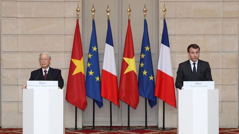 Tổng bí thư Nguyễn Phú Trọng và Tổng thống Pháp Emmanuel Macron gặp gỡ báo chí.
