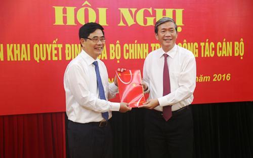 Thường trực Ban Bí thư Đinh Thế Huynh trao quyết định phân công Phó ban Thường trực Ban Kinh tế Trung ương cho ông Cao Đức Phát.<br>