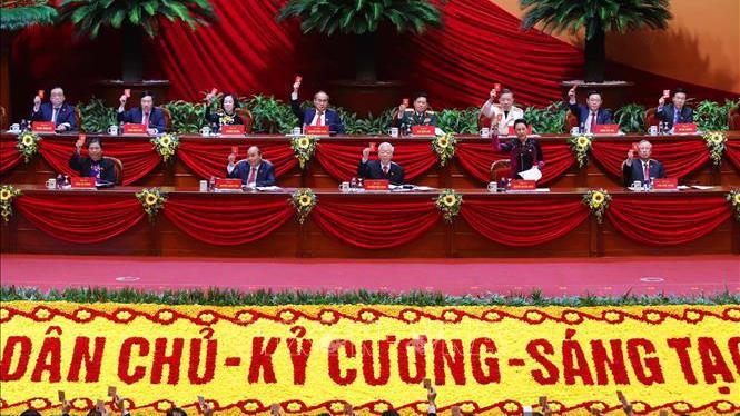 Đoàn Chủ tịch biểu quyết thông qua Chương trình làm việc của Đại hội.
