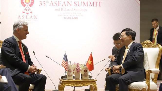 Phó Thủ tướng, Bộ trưởng Bộ Ngoại giao Phạm Bình Minh và Cố vấn An ninh Quốc gia Robert Charles O'Brien - Ảnh: TTXVN