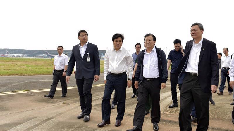 Phó thủ tướng thị sát chất lượng các công trình hạ tầng tại sân bay Nội Bài, ngày 12/10.