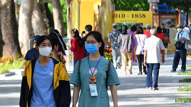 Bộ Y tế khuyến cáo người dân không tụ tập đông người, đeo khẩu trang nơi công cộng để phòng dịch. Ảnh minh họa.
