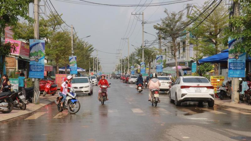 Từng hàng xe hơi biển số Bình Dương, Sài Gòn, Đồng Nai, đậu thành từng hàng dài ngoài nhà mẫu dự án Thịnh Gia Tower