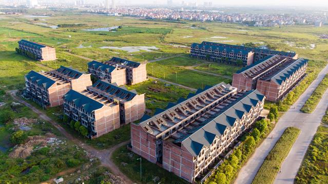 Kim Chung - Di Trạch vẫn là một bãi đất hoang với vài dãy nhà biệt thự xây thô, bỏ hoang.