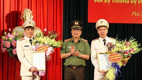 Lãnh đạo Bộ Công an trao quyết định và chúc mừng các cán bộ được điều động, bổ nhiệm.