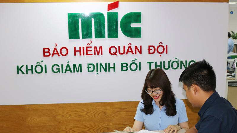 Giám định viên MIC tư vấn thông tin khách hàng.