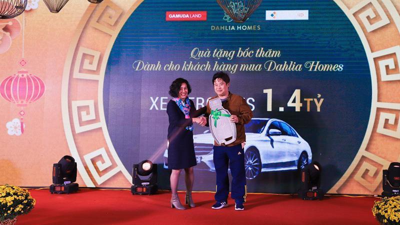 Đại diện đơn vị phân phối CenLand trao biểu trưng quà tặng xe ô tô Mercedes C200 cho khách hàng may mắn - anh Lê Vĩnh Hoàng.