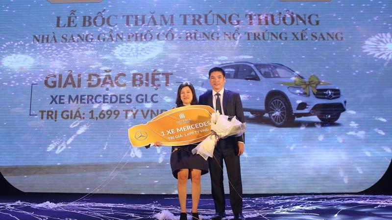 Tổng giám đốc MIK Home Chu Thanh Hiếu trao giải đặc biệt cho khách hàng trúng thưởng.