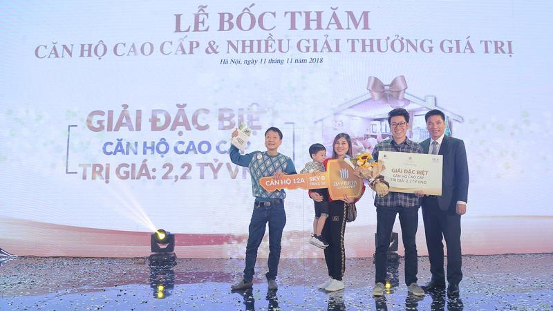 Tổng giám đốc MIK Home Chu Thanh Hiếu trao giải thưởng đặc biệt cho khách hàng trúng thưởng hôm 11/11 vừa qua.