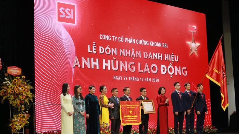 Phó Chủ tịch nước Đặng Thị Ngọc Thịnh trao danh hiệu Anh hùng lao động thời kỳ đổi mới cho Công ty chứng khoán SSI