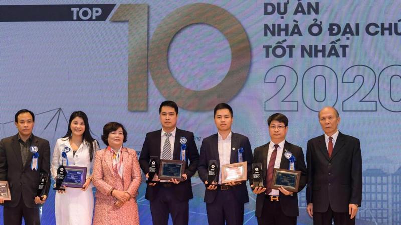 Ông Phạm Hải Đăng - Phó Tổng Giám đốc đại diện Tập đoàn GFS đứng thứ 3 từ phải sang, nhận vinh danh Dự án Five Star Garden - Top 10 Dự án nhà ở đại chúng tốt nhất năm 2020.