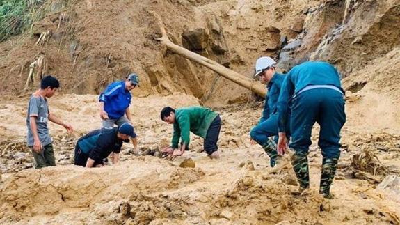 Lực lượng chức năng đang tìm kiếm nạn nhân trong vụ sạt lở tại Quảng Nam.