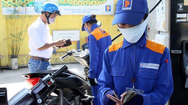 Giá xăng dầu giảm mạnh.