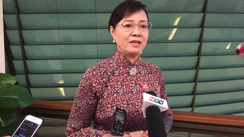 Đại biểu Nguyên Thị Quyết Tâm trao đổi với báo chí bên hành lang Quốc hội.