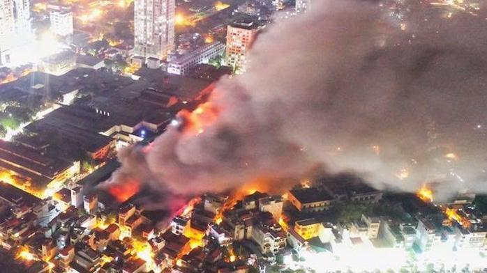 Vụ cháy nhà máy Rạng Đông gây ô nhiễm môi trường không khí. Ảnh - Internet.