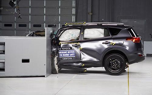 Mất hơn hai tháng để nâng cấp, nhưng Toyota RAV4 2013 vẫn không cải thiện được mức độ an toàn khi đâm trực diện - Ảnh: IIHS.<br>