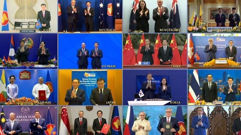 Lãnh đạo và bộ thưởng thương mại của 15 quốc gia châu Á Thái Bình Dương chụp ảnh trực tuyến sau khi ký kết RCEP ngày 15/11 - Ảnh: EPA