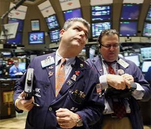 Chứng khoán Mỹ đã giảm điểm hôm thứ Hai sau khi American Express cho biết số lượng các chủ thẻ tín dụng vỡ nợ đang gia tăng mạnh - Ảnh: Reuters.