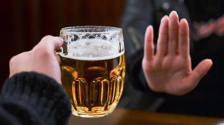 Người có uống rượu, bia hãy cố gắng kiểm soát lượng uống ở mức nguy cơ thấp nhất trong một lần uống. Ảnh minh họa.