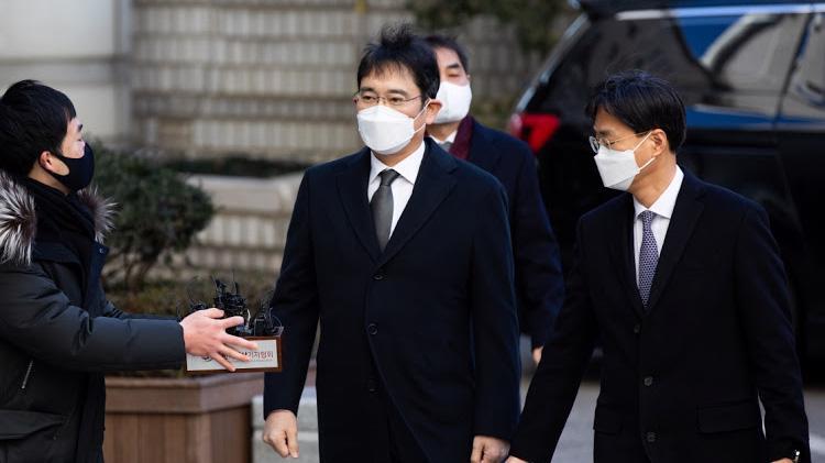 Ông Jay Y. Lee, Phó chủ tịch Samsung Electronics, đến Tòa án Quận Trung tâm Seoul ngày 30/12 - Ảnh: Bloomberg