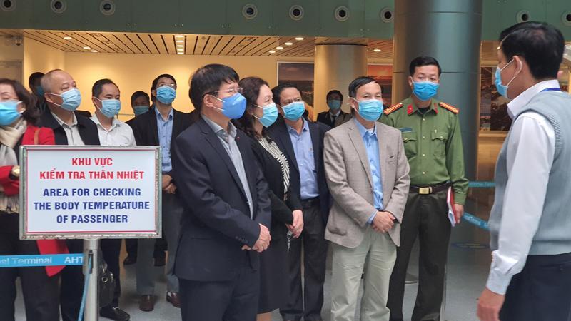Đoàn công tác Ban Chỉ đạo quốc gia phòng chống dịch Covid-19 kiểm tra công tác phòng chống dịch tại sân bay Đà Nẵng. Ảnh - Tuấn Dũng.