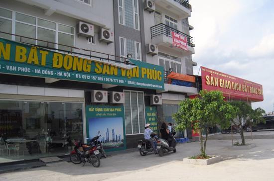 Các sàn giao dịch bất động sản trên đường Lê Văn Lương vốn tấp nập kẻ mua người bán giờ đều lâm cảnh đìu hiu - Ảnh: Từ Nguyên.