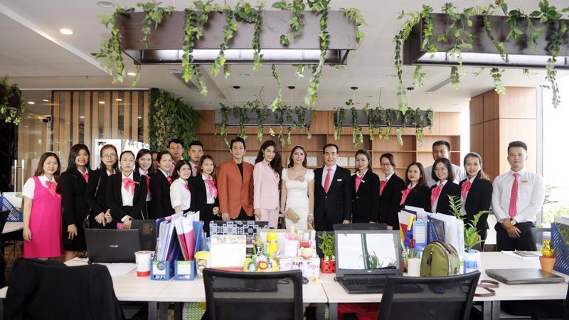 Hai đại sứ thương hiệu PGT Group: Hứa Vĩ Văn và Diễm My 9X thăm quan văn phòng làm việc mở, sáng tạo và đầy màu xanh tại PGT Tower.