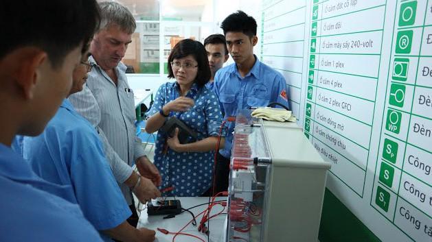 Các học viên được sự hướng dẫn của giảng viên người Pháp, theo chương trình đào tạo đạt chuẩn quốc tế được Schneider Electric hỗ trợ.