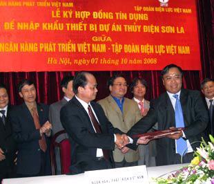 Phó thủ tướng Hoàng Trung Hải và lãnh đạo các bộ, ngành chứng kiến lễ ký - Ảnh: Từ Nguyên