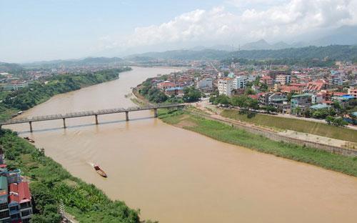 Dư luận và giới chuyên gia lo ngại về cảnh quan cũng như sự an toàn của đê điều, dòng chảy trên sông Hồng nếu dự án được triển khai.<br>