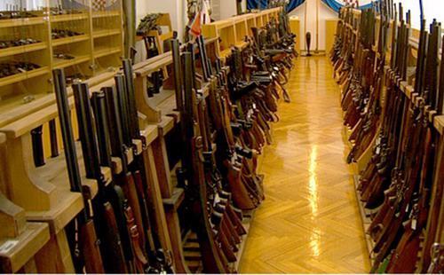 Nhiều năm trở lại đây, số lượng súng bất hợp pháp mà cảnh sát Pháp thu được từ những tay buôn lậu tăng với tốc độ tới hai con số mỗi năm - Ảnh: Reuters.<br>
