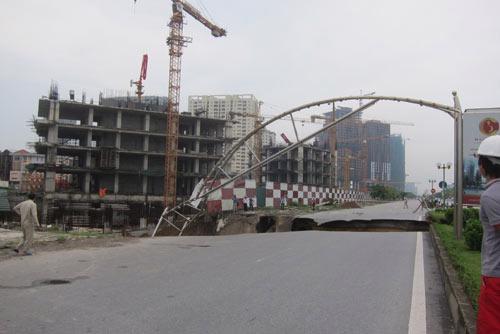 Đoạn đường sụt lún nằm ngay trước mặt dự án USilk City.