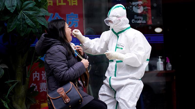Tại Trung Quốc, các thành phố ghi nhận các đợt bùng phát dịch bệnh đã tiến hành xét nghiệm hàng triệu người chỉ trong vài ngày - Ảnh: Reuters