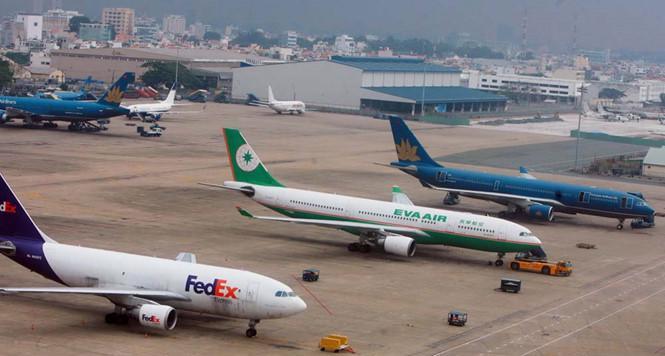 Máy bay đậu tại Tân Sơn Nhất bị quá tải.