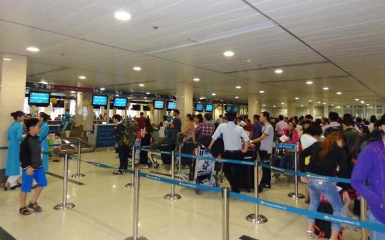 Sân bay Tân Sơn Nhất đang đối mặt với ba vấn đề chính: quá tải nhà ga hành khách, hạn chế về năng lực khu bay và bầu trời, kết nối giao thông bị ách tắc.<br>