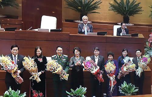 Chủ tịch Quốc hội Nguyễn Thị Kim Ngân tặng hoa chúc mừng các vị mới trúng cử.
