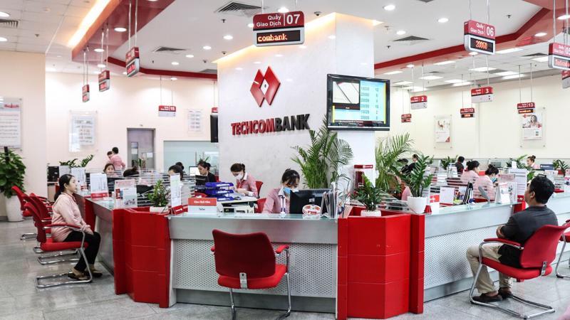 Khách hàng giao dịch tại Techcombank.