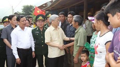 Tổng Bí thư Nguyễn Phú Trọng với đồng bào xã Mường Chanh, huyện Mường Lát (Thanh Hóa) năm 2011.