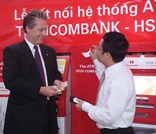 Đại diện Techcombank và HSBC trong lễ kết nối hệ thống ATM giữa hai ngân hàng.