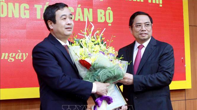 Trưởng ban Tổ chức Trung ương Phạm Minh Chính chúc mừng ông Ngô Đông Hải (bên trái) nhận nhiệm vụ mới.