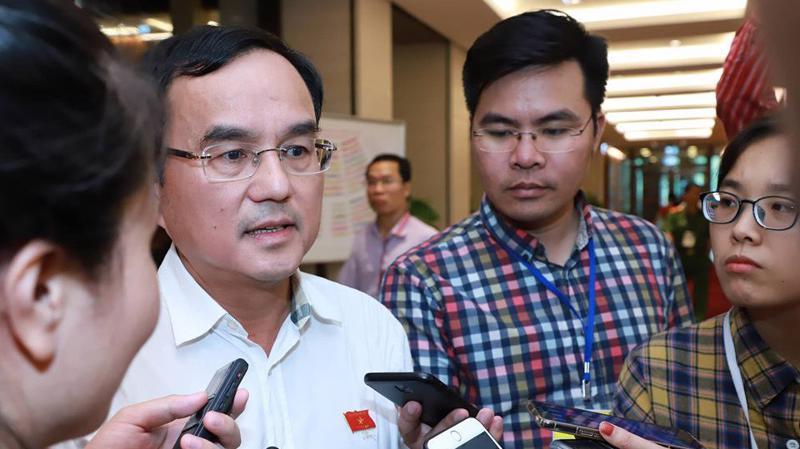 Chủ tịch EVN Dương Quang Thành trao đổi với báo chí bên hàng lang Quốc hội.