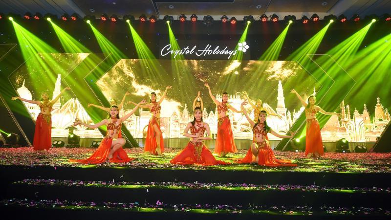 """Một """"bữa tiệc"""" nghệ thuật đã được trình diễn trong khán phòng của Khách sạn Lotte (Hà Nội) ngày 18/10, đưa các khách mời trở thành những du khách phiêu lưu trong các nền văn hóa."""