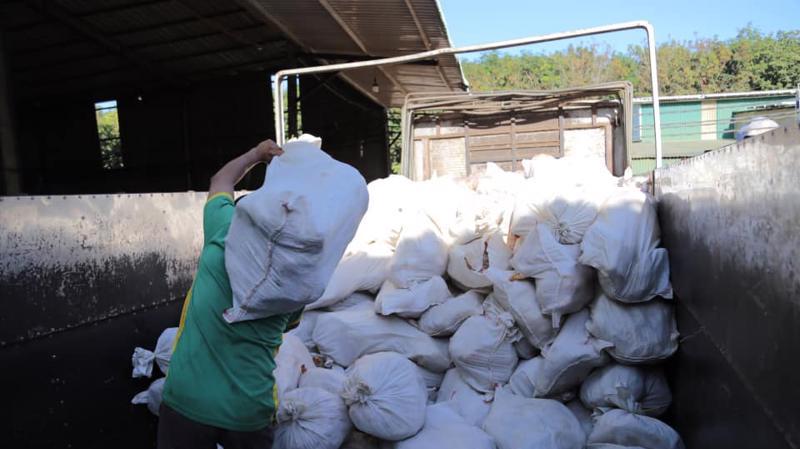 Hàng chục tấn thịt gà bốc mùi đang chờ tiêu thụ bị phát hiện.