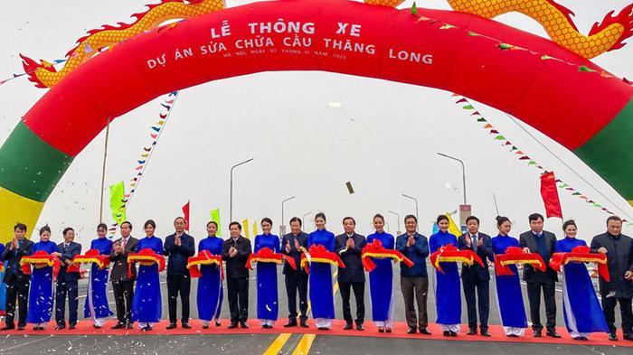 Các đại biểu cắt băng khánh thành dự án sửa chữa mặt cầu Thăng Long sáng 7/1.