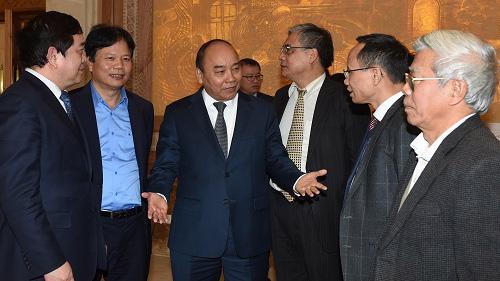 Thủ tướng trao đổi với các đại biểu.