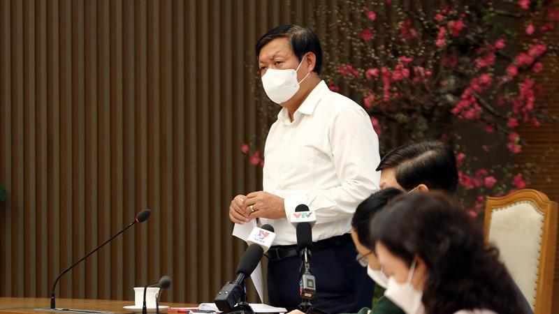 Thứ trưởng Bộ Y tế Đỗ Xuân Tuyên thông tin về việc cách ly người về từ vùng dịch tại cuộc họp. Ảnh - VGP/Đình Nam.