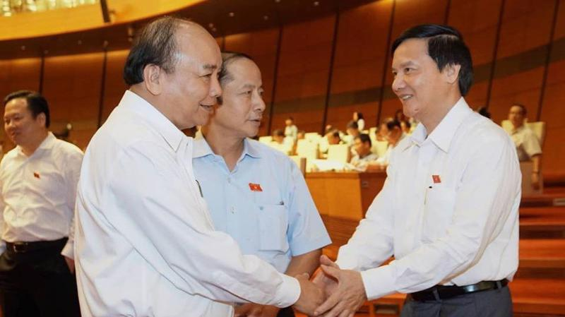 Thủ tướng trong giờ nghỉ giải lao của Quốc hội - Ảnh: Quang Phúc