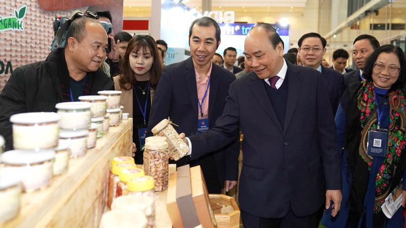 Thủ tướng Nguyễn Xuân Phúc tham quan các gian hàng bên lề Hội nghị sáng 23/12.